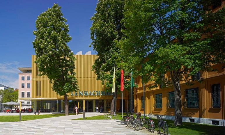 Lenbachhaus_Eingangsbereich_mit_Besucher_gross_04lr.jpg